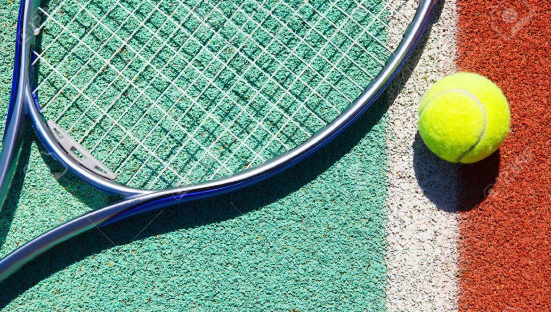 20523685-Gros-plan-de-la-raquette-de-tennis-et-de-balle-sur-le-court-de-tennis-en-terre-battue-Banque-d'images